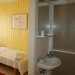 Habitación con lavamanos y ducha