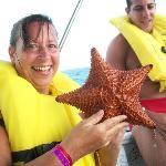 foto con una estrella de mar, que luego es devuelta al mar