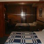 habitación con cama matrimonial y almohadas muy cómodas (habitación 404)