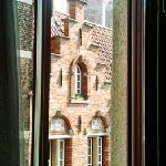vue de notre chambre du 1er étage. il paraît que la cue du 3e donne sur la ville entière et ses