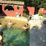 """A la piscine du """"Mas des Costes"""" entre amis"""