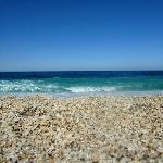 Η παραλία της Πλάκας, σε κοντινή απόσταση από την Αμανίτα