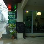 Gleich neben dem Hotel gibt es eine unabhängige Coffee- Bar.