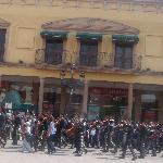 Desfile en la plaza el 1 de mayo,mariachis ponen música a la centrica Plaza