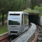 Mini-Metro beim verlassen des Tunnels.