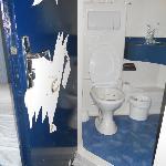 Mirar la puerta le faltan trozos de pintura  y la taza que tiene mugre