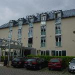 Blick auf Eingangsbereich des Watthalden Hotels in Ettlingen