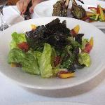 Ensalada de Lechugas con melocotones, prosciuto, mozzarella de búfala y vinagreta de miel