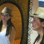 O luxuiso espelho do corredor da suite é só uma amostra do conforto dos demais móveis.