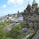 View from the appartment: The Mound, Scott Munument, Princess Str & Garden and Waverly station v