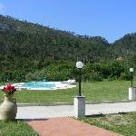Blick von unserer Terrasse zum Pool