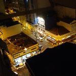 Vue de la rue le soir