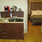 mini cozinha (máq café, chaleira, fogão, frigobar embutido)