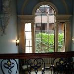 splendida finesta sulle scale interne
