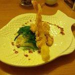 scampi und Lachs in Teig ausgebacken auf Reis und Algen