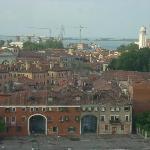 la laguna vista oltre le case di Venezia