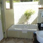 salle de bain en plein air, douche + baignoire