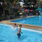 disfrutando las piscina