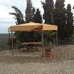 Tavolo con gazebo all'esterno