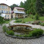Blick auf Hotel und Garten