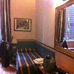 petit lit dans la chambre avec aussi un lit double