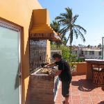 Nuestro amigo cocinando en la terraza
