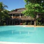 La struttura dell'hotel vista dalla piscina