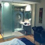 Baño con paredes de cristal...