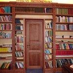 libreria multilingue con tanti libri degli scrittori siciliani