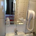 salle de bain- petite, propre et fonctionnelle