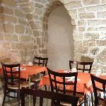 Petit déjeuner dans une très belle cave voûtée