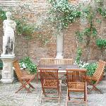Mesa en el jardín interior