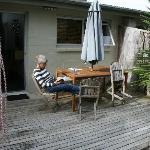 deck où s'ouvre la porte-fenêtre du salon