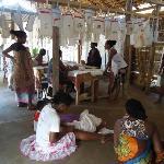 Frauen im Nachbar-Village mit Tischwäsche