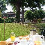 petit déjeuner sur la terrasse de notre jardin