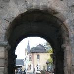 Blick durch die Porta Nigra zur Innenstadt Trier