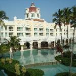 Hotel y lago