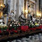 Святые покровители Неаполя перед шествием с гирляндами