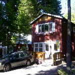 We stayed downstairs in this two apartment 1 bedroom cottage w two gas fireplaces and kitchenett