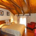 Habitacion abuhardillada con cama de matrimonio