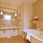 Feature Deluxe Sea View Rooms - Bathroom