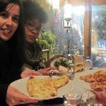 Cenando en la terraza unas pizzas turcas y kebac