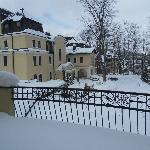 widok z okna na korytarzu na wejście do hotelu zimą