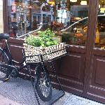 旧市街 (アルシュタット)  。お店屋さんと自転車