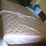 La camera da letto con il letto rifatto