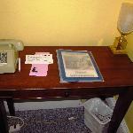 Die gesamte Zimmereinrichtung - neben Bett und altem Nachttisch....
