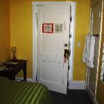 Das ganze Zimmer - kein Regal für Kleiderablage....