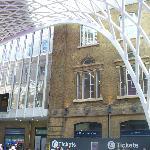contrasto tra il vecchio e il nuovo edificio