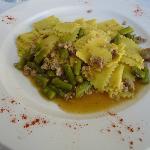 pasta fresca con salsiccia e asparagi verdi