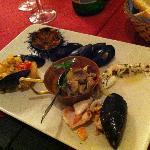 Antipasto misto della casa (piatto di assaggi di antipasti di pesce...)